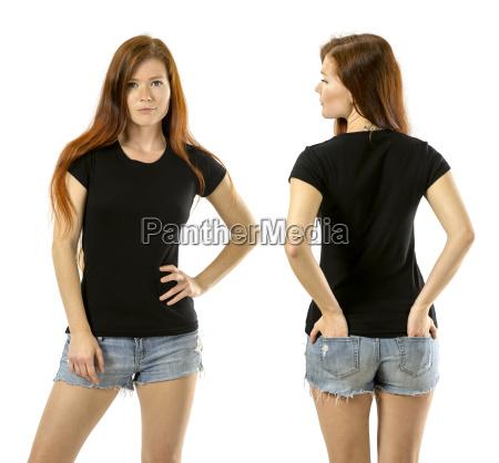 rothaarigefrau die leeres schwarzes hemd traegt