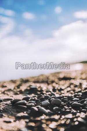 nahaufnahme von steinen am strand