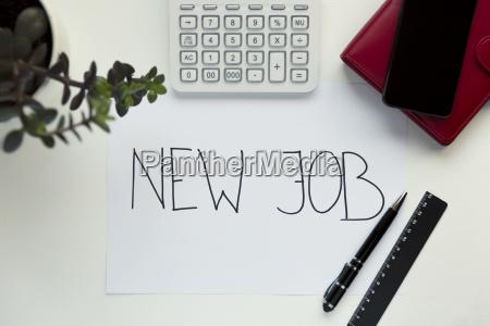 neues jobkonzept mit arbeitsplatz auf weissem