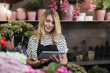 florist der tablet computer im blumenladen