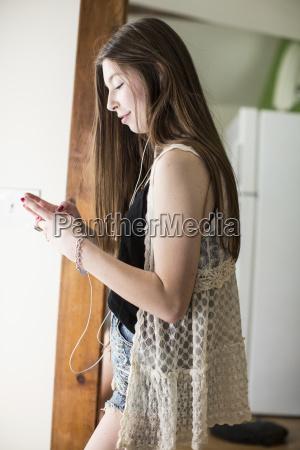 seitenansicht der jugendlichendie intelligentes telefon beim