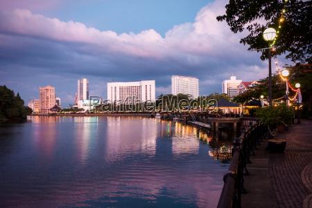 kuching waterfront am sarawak fluss zur