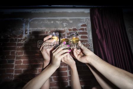 geerntetes bild von den freundendie tequilaschuesse