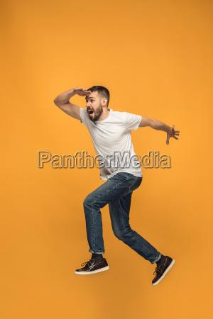 freiheit beim bewegen huebscher junger mann