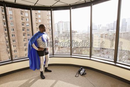 buero maenner mann fenster luke glasfenster