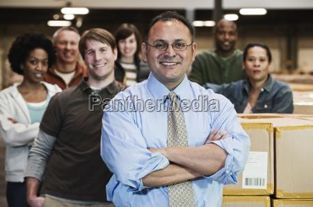 teamporträt, von, multiethnischen, lagerarbeitern, die, von, einem - 25045084