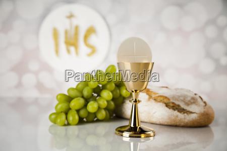 heilige kommunion ein goldener chalice zusammensetzung
