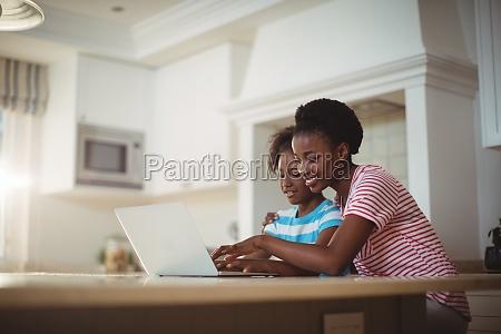 mutter und tochter mit laptop in