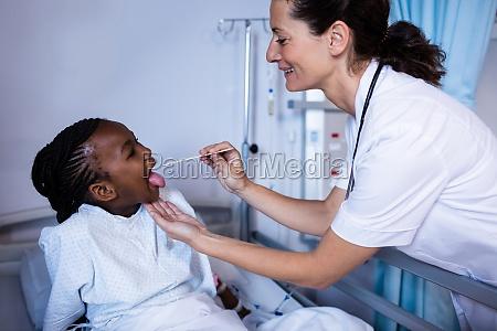 arzt ueberprueft patientenfieber vom thermometer waehrend