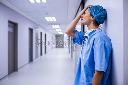 arzt mediziner medikus frau flur arbeitsstelle