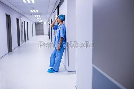 trauriger chirurg der sich an die