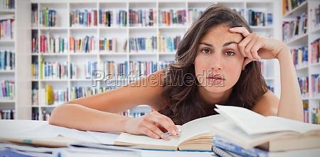 verbundbild der gelangweilten studentin die ihre