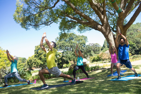 gruppe von menschen die yoga im