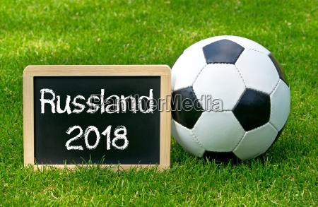 fussball mit kreidetafel russland 2018