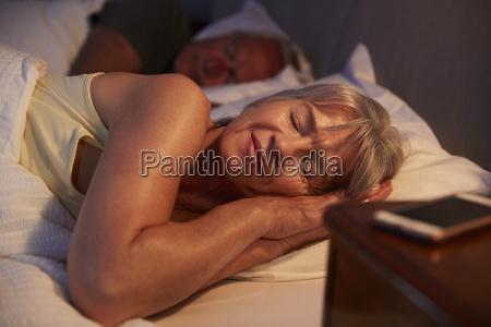 ruhige aeltere frau schlafend im bett
