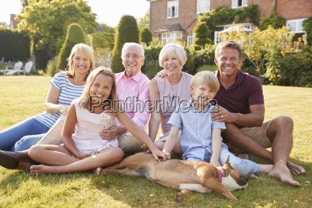 familie mit mehreren generationen die auf