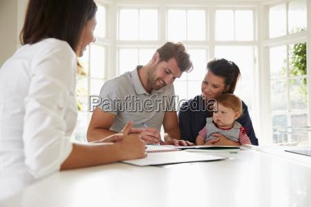 familie mit baby trifft finanzberater zu