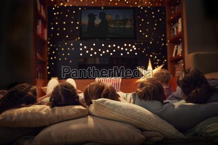 familie geniesst filmnacht zu hause zusammen