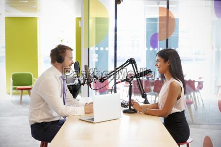 junger mann interviewte frau wegen podcasts
