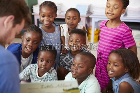 lehrer lesebuch an grundschulkinder in der