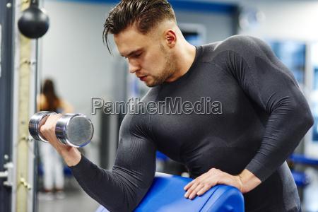 mann training mit hantel im fitnessstudio