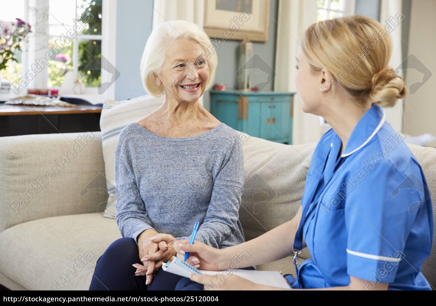 weibliche, gemeinschaftskrankenschwester, besucht, ältere, frau, zu - 25120004