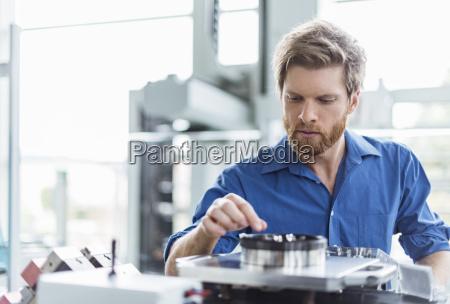 mann der produkt in der firma