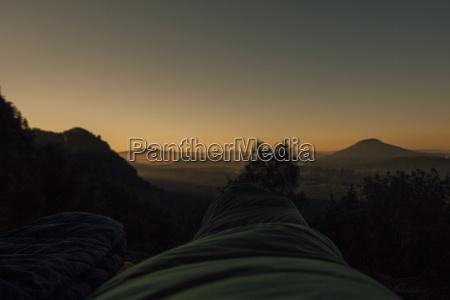 tschechien elbsandsteingebirge wanderer bei sonnenaufgang im