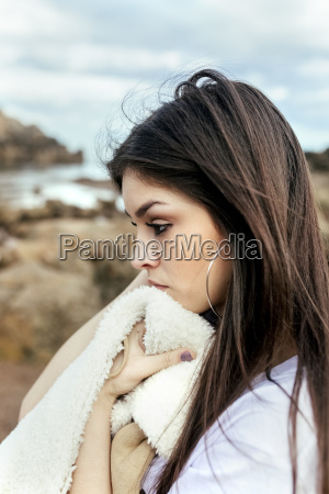 traurige junge frau am strand