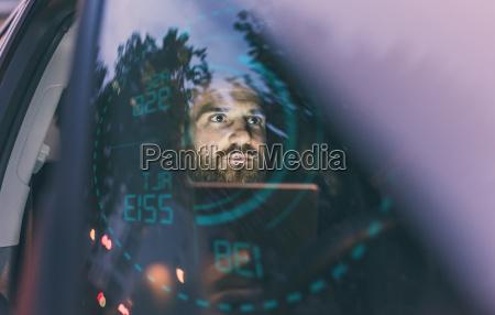 fokussierter mann im auto nachts umgeben