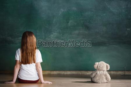 kleines, mädchen, mit, dem, teddybären, der, auf - 25137270