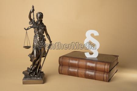 justizia mit buechern