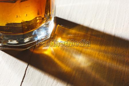 whiskey im glas eisjunge in einem