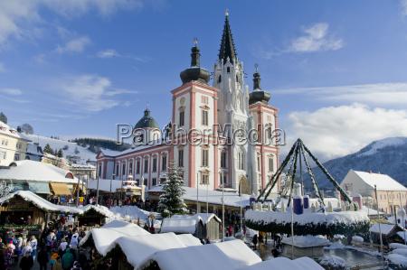 weihnachtsmarkt vor der basilika am hauptplatz