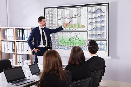 börsenmakler, der, seinen, partnern, darstellung, gibt - 25155586