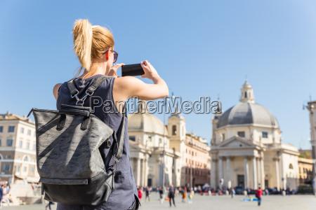 weiblicher tourist mit einem fashinable weinlesehippie