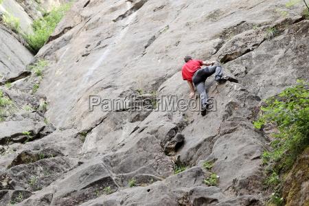 sandsteinfelsen mit kletterer