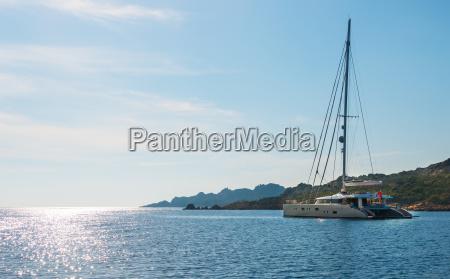 segelyacht katamaran segelboot auf