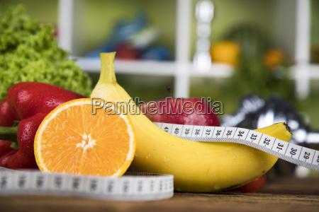 diaet und fitnesshantel mit vitamin