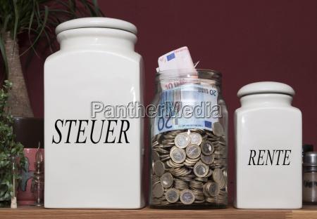 behalter mit geld und aufschriften steuer