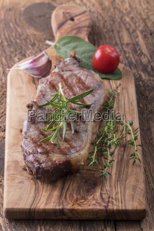 gegrilltes steak auf holz mit gewuerzen