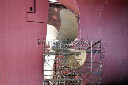 wartungsarbeiten an einer schiffsschraube im trockendock