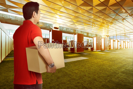 attraktive asiatische liefermann bringen paket zu