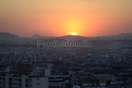 sonnenuntergang ueber der hauptstadt antananarivo madagaskar