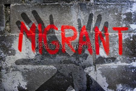 graffiti zum thema migration abwehrende