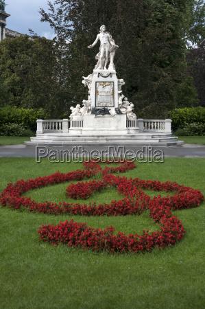 mozartdenkmal vorne aus blumen geformter violinenschluessel