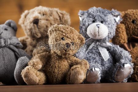 netter teddybaer betrifft hoelzernen hintergrund