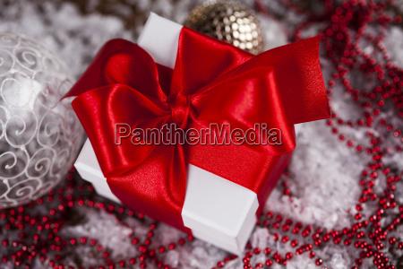 weihnachtsgeschenkbox und baelle auf schnee