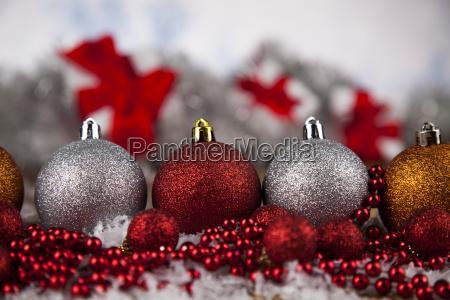 weihnachtskugeln auf glaenzendem hintergrund