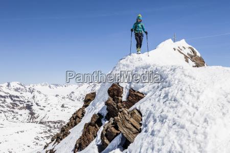 skitourengeher beim abstieg von der finailspitze